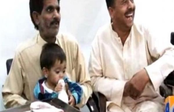 اتهام رضيع باكستاني عمره 9 شهور بإلقاء الحجارة علي رجال الشرطة
