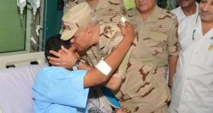 القائد العام ورئيس الأركان يزوران الضباط والجنود المصابين فى أحداث سيناء (2)