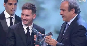 لحظة تتويج ميسي بجائزة افضل لاعب في اوروبا لعام 2015