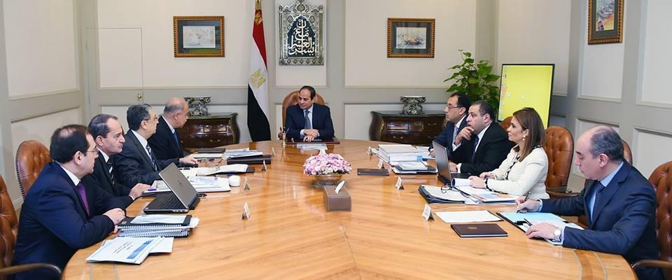 السيسي يستعرض موقف المشروعات القومية مع مجلس الوزراء (1)