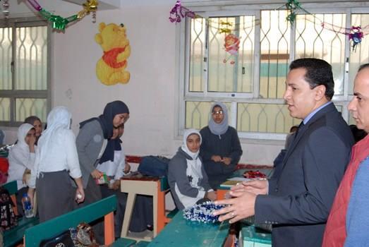 محافظ الشرقية يتفقد اللجان الانتخابية بمدارس الثانوي العام بالزقازيق  (2)