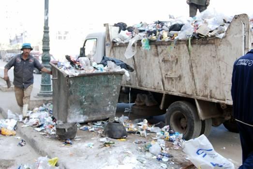 محافظ الشرقية يعنف مشرف النظافة بحي ثان الزقازيق (1)