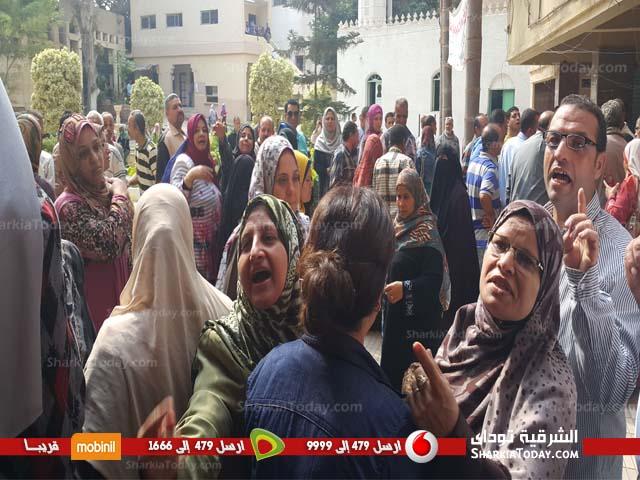 وقفة احتجاجية للعاملين بمديرية الشئون الصحية بالزقازيق (2)