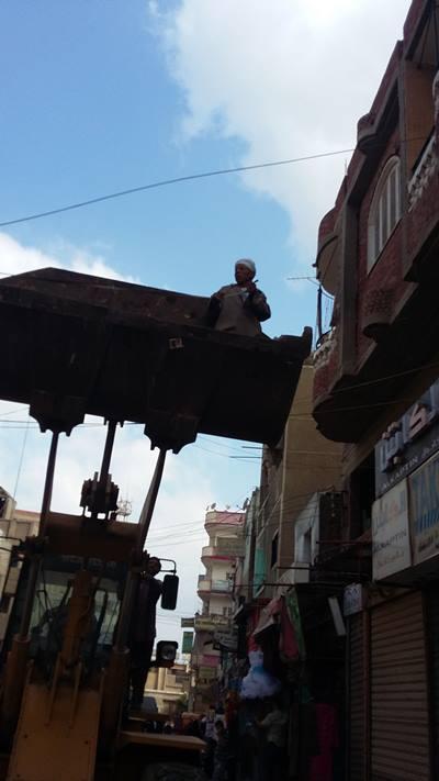 بالصور .. حملة لإزالة الاشغالات بمركز الحسينية