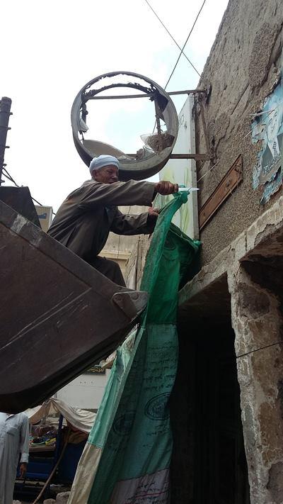 بالصور .. حملة لإزالة الاشغالات بمركز الحسينية1