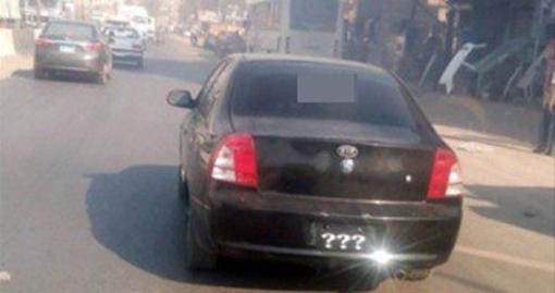 سيارة تستبدل لوحاتها المعدنية بعلامات استفهام ببلبيس