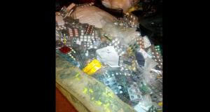 بالصور .. أدوية التأمين الصحي ملقاة بصناديق القمامة بالعاشر من رمضان (1).jpg 55