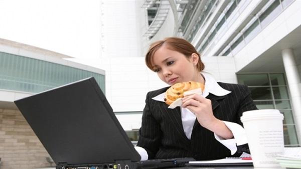 خبراء تناول أطعمة محددة تجعل أداءك في العمل أفضل