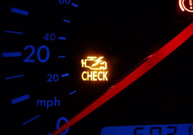 وميض مصباح كنترول المحرك يستلزم إيقاف السيارة فوراً