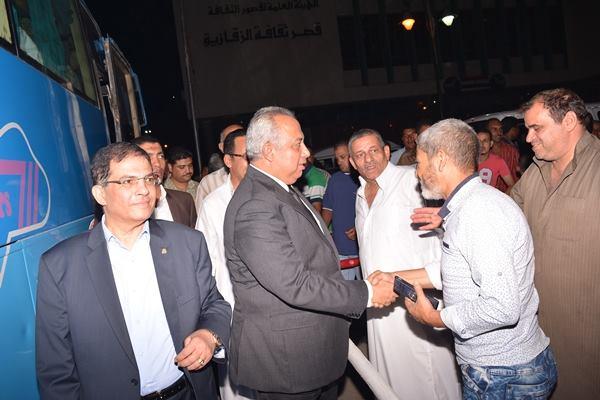 محافظ الشرقية يودع حجاج الجمعيات الأهلية ويطالبهم الدعاء لمصر9