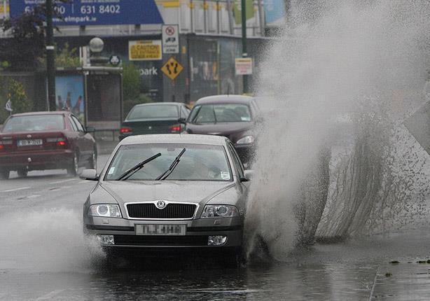 فنية لقيادة السيارات وسط الأمطار الغزيرة