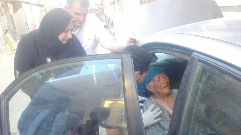 عاق يترك أمه الكفيفة في الشارع بمشتول السوق .. وفريق بسمة للإيواء يتدخل