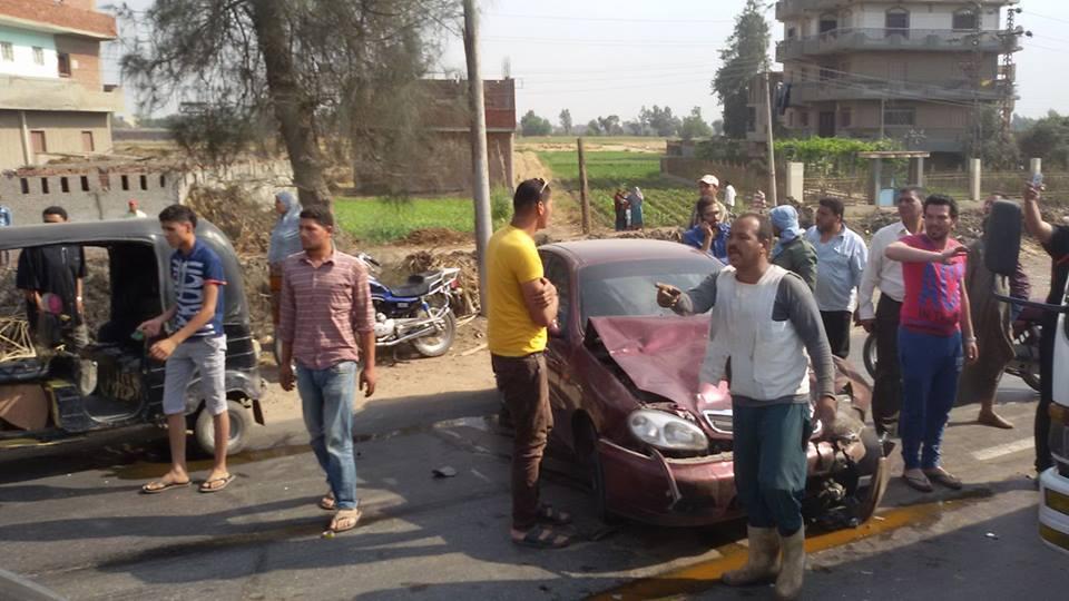 توكتوك أما قرية بمنيا القمح إثر حادث تصادم بسيارة ملاكي 3