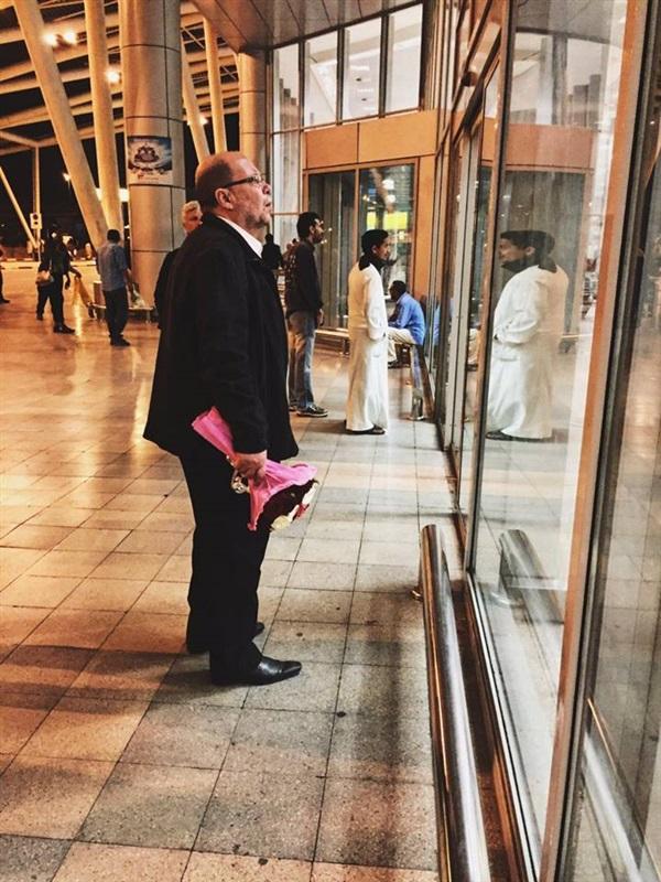 .. قصة رجل مصري استقبل زوجته برومانسية بالغة في المطار
