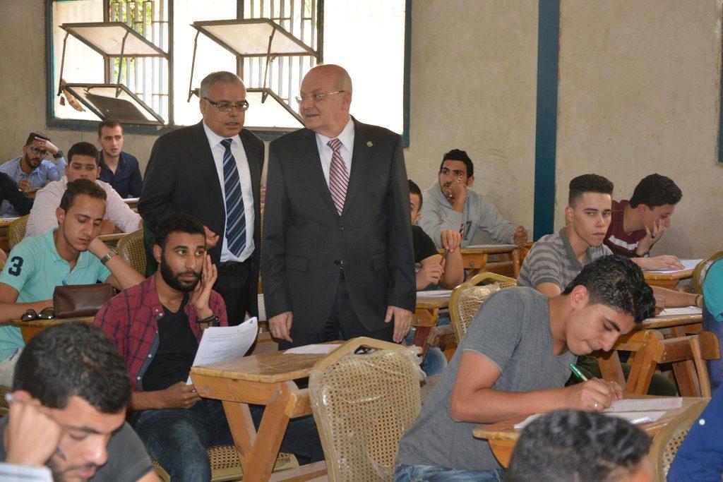 جامعة الزقازيق يتفقد لجان الامتحانات بكلية الحقوق2