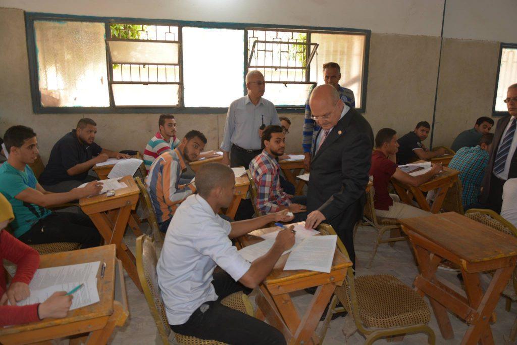 جامعة الزقازيق يتفقد لجان الامتحانات بكلية الحقوق3