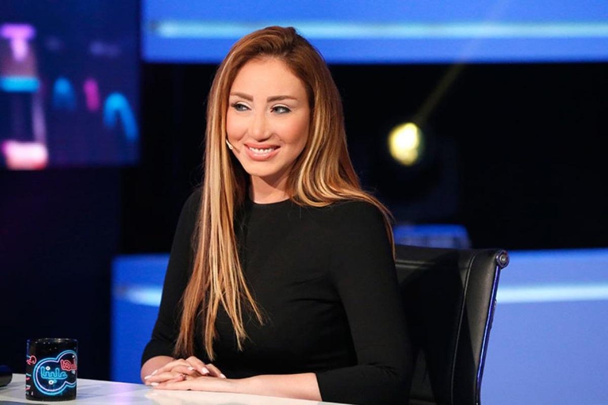 .. ريهام سعيد تضع «بيادة عسكري» فوق رأسها