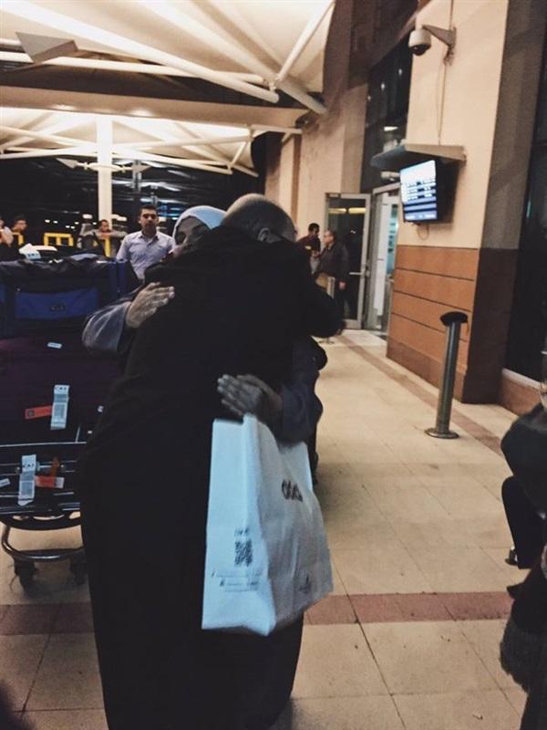 2بالصور .. قصة رجل مصري استقبل زوجته برومانسية بالغة في المطار
