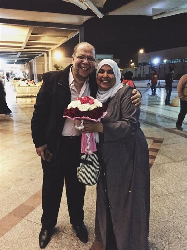 4بالصور .. قصة رجل مصري استقبل زوجته برومانسية بالغة في المطار