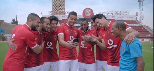 5 معلومات عن «عم حارث» .. الذي ظهر مع لاعبي الأهلي في إعلان فودافون
