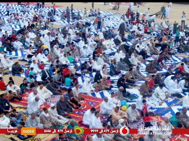 المصلون يؤدون صلاة عيد الفطر بالساحة الشعبية بههيا 1
