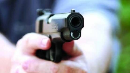 شخص بطلق ناري أمام منزله في شنبارة الميمونة