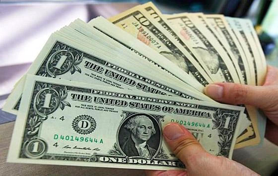 يسجل أعلى سعر لبيع الدولار ببداية التعاملات البنكية