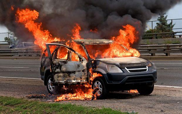 على حريق نشب في سيارة بالزقازيق