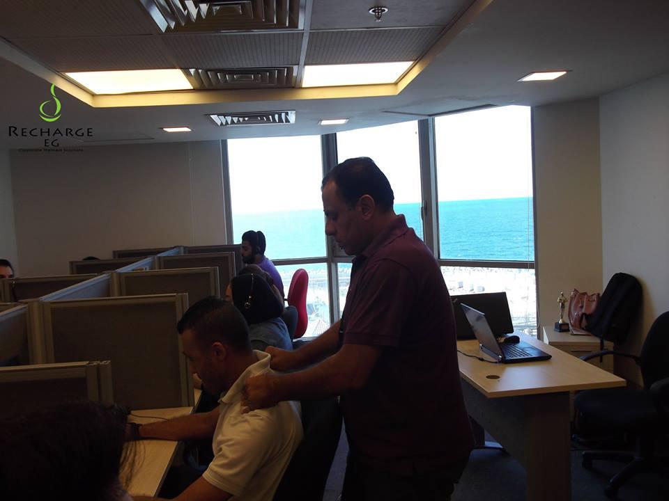 محمول تستعين بشركة خاصة لعمل مساج للموظفين أثناء العمل