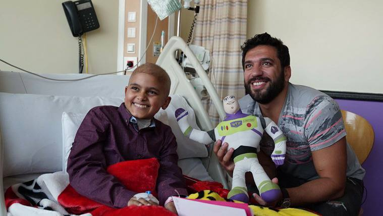 43190 حسن الرداد اثناء زيارته للمستشفى