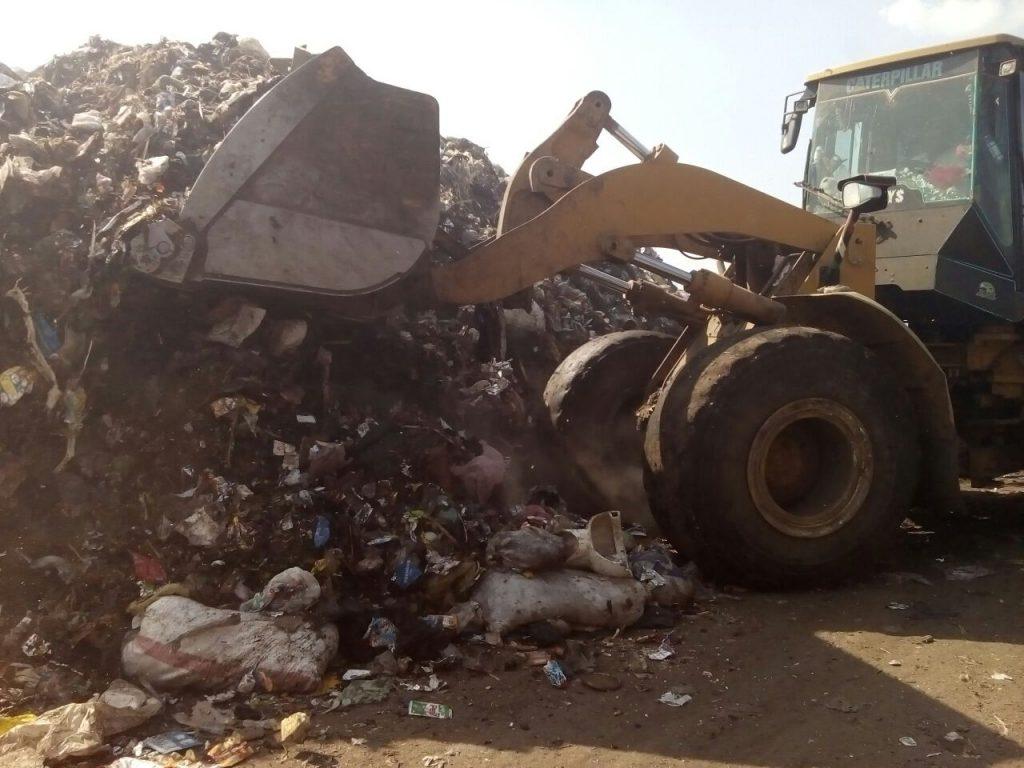 المخلفات الصلبة تتابع مقلب القمامة بالزقازيق