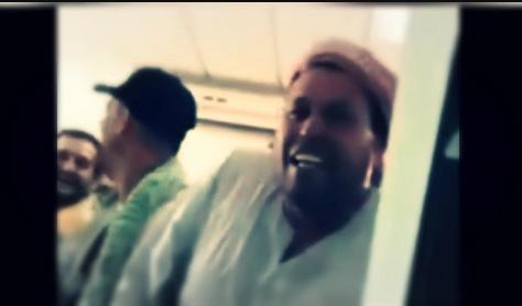 هون مصري يقف بطابور الانتظار على نفسه وأضحك الموظفين