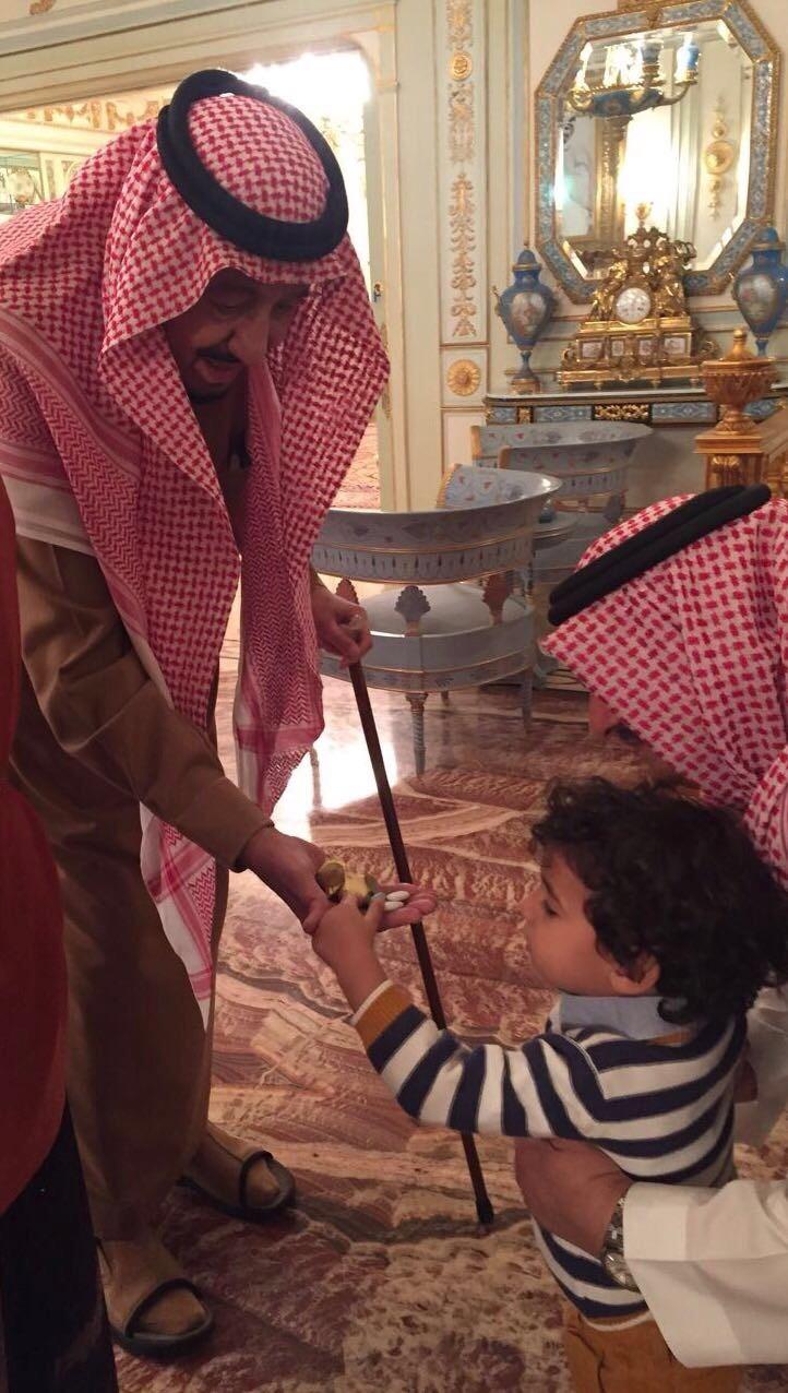 سلمان يثير جدل رواد التواصل بسبب تقديمه حلوى لطفل