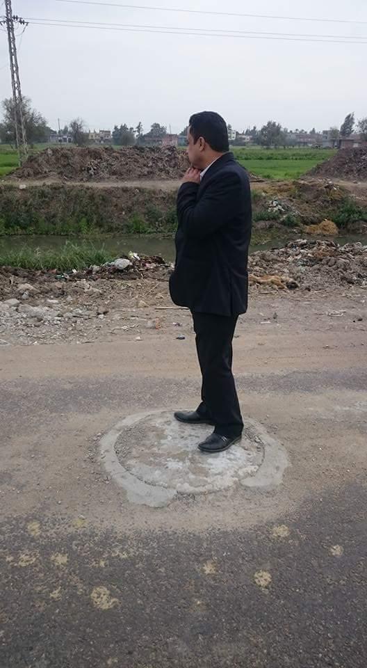 مركز كفر صقر يشرف على البلاعات المكشوفة بالشوارع 1