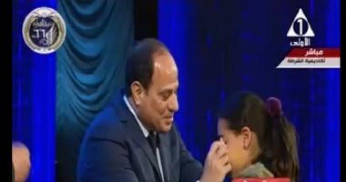 يمسح دموع ابنة شهيد فى حفل عيد الشرطة