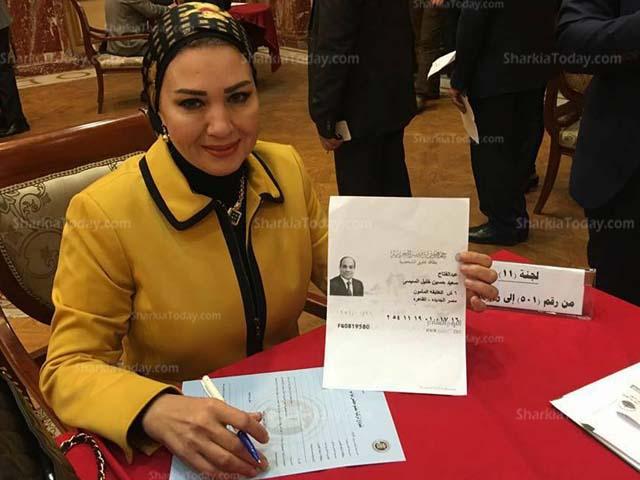 «زينب سالم» توقع استمارة تزكىة السيسي للانتخابات الرئاسية 1