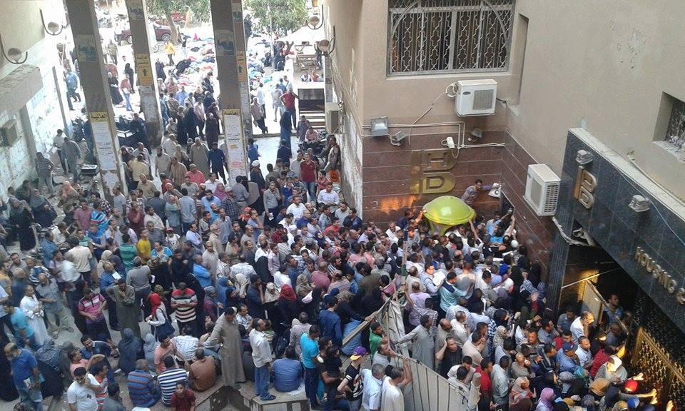 وتكدس أمام بنك تعمير والإسكان بمدينة العاشر من رمضان