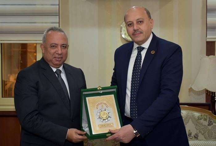 الشرقية يهدي مدير الأمن بدرع المحافظة في ذكرى عيد الشرطة 1