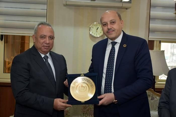 الشرقية يهدي مدير الأمن بدرع المحافظة في ذكرى عيد الشرطة 2