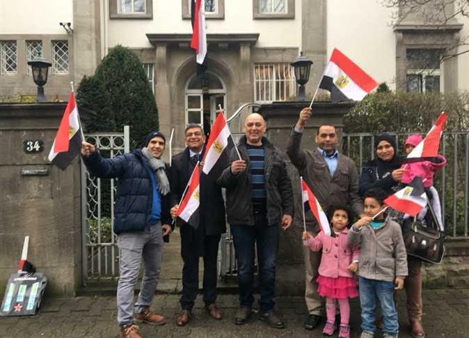 من المصريين في فرانكفورت الألمانية على التصويت