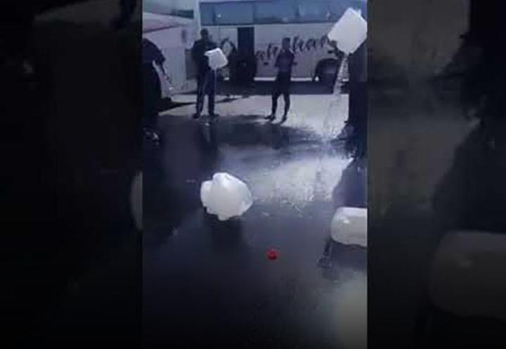 إلقاء مياه زمزم على الأرض