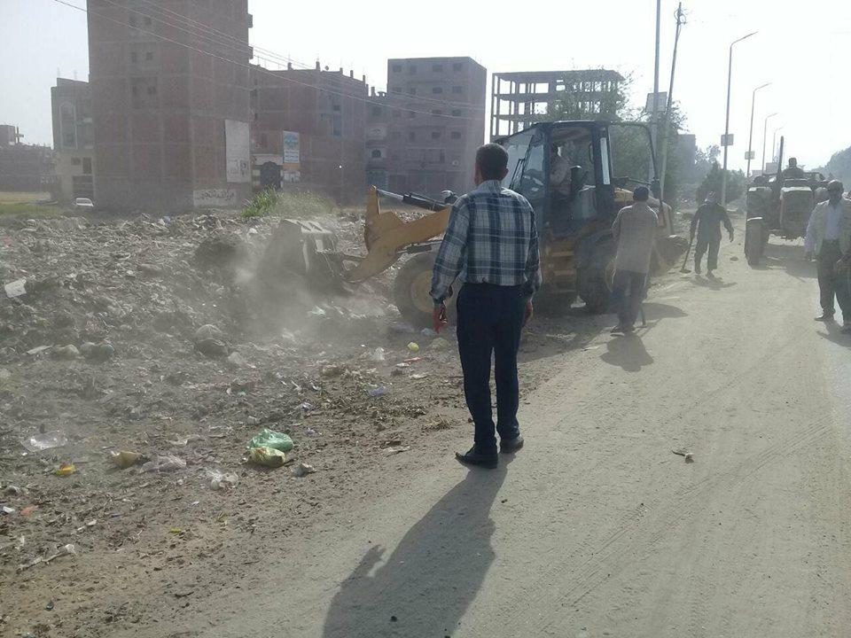 رئاسة مركز المدينة تتابع رفع تركمات القمامة بالزقازيق