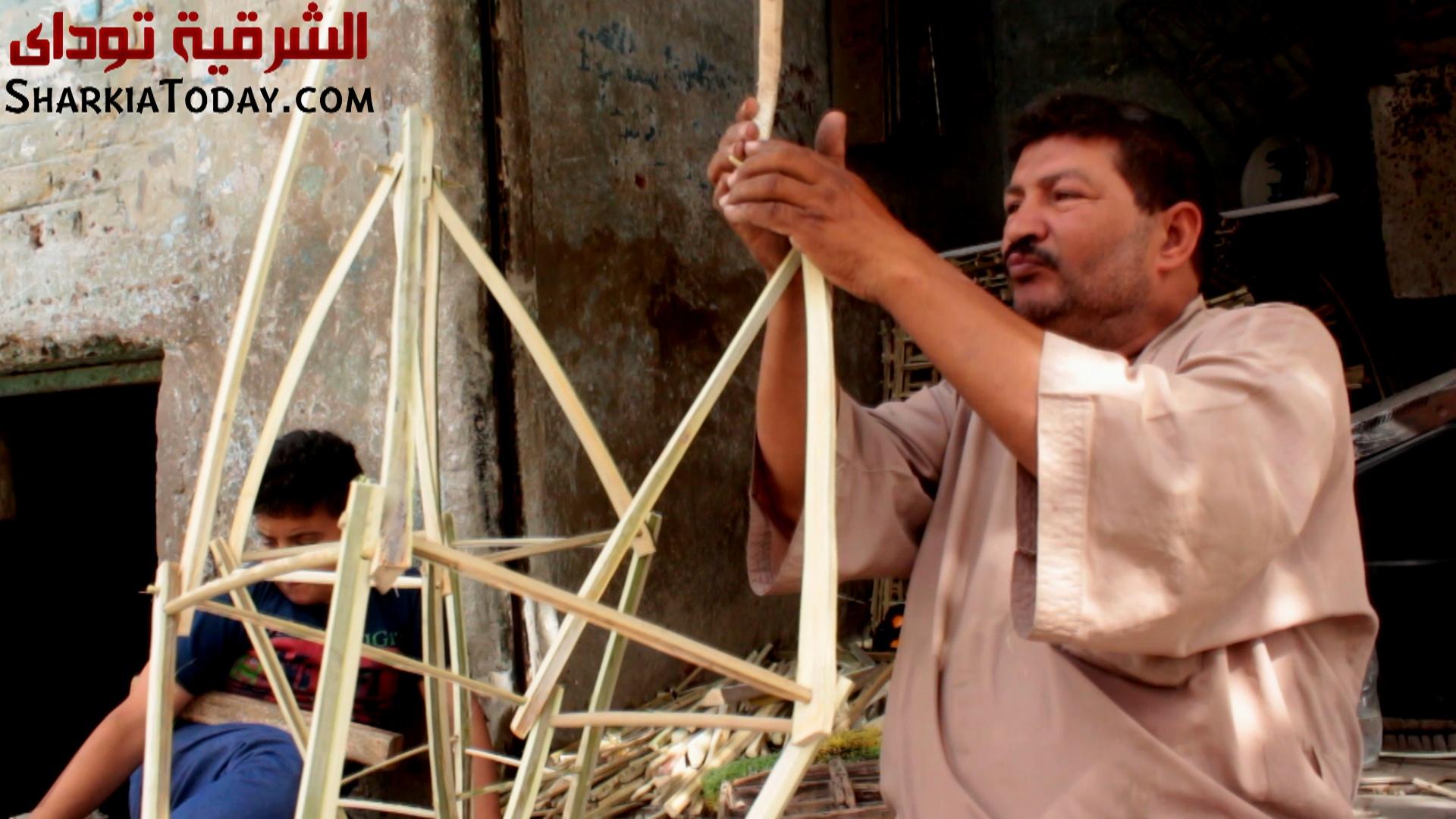 عم ناصر القفاص يصنع الفانوس من الجريد