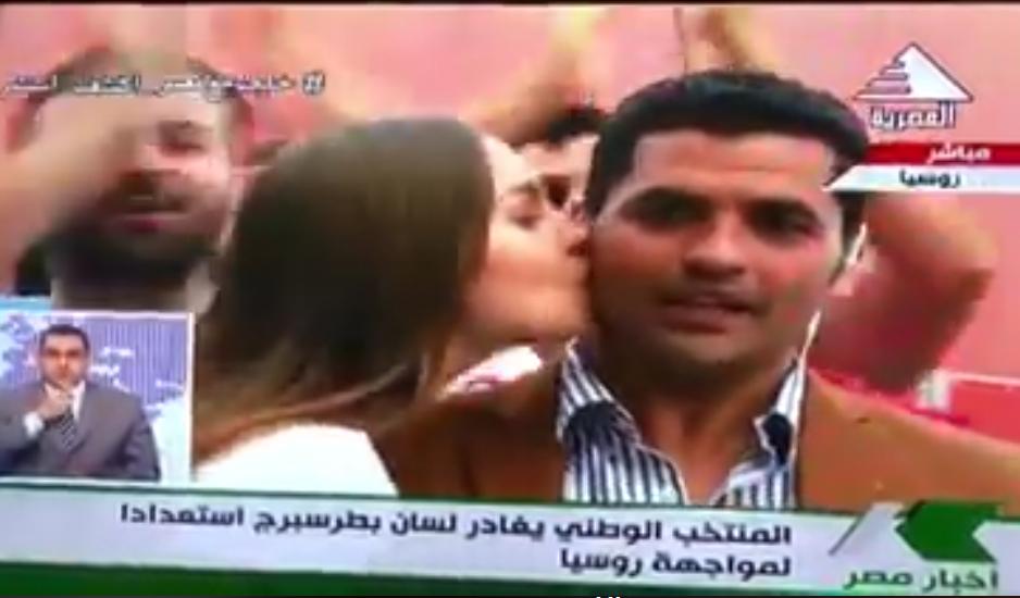 قبلة علي الهواء من روسية لمراسل التلفزيون المصري