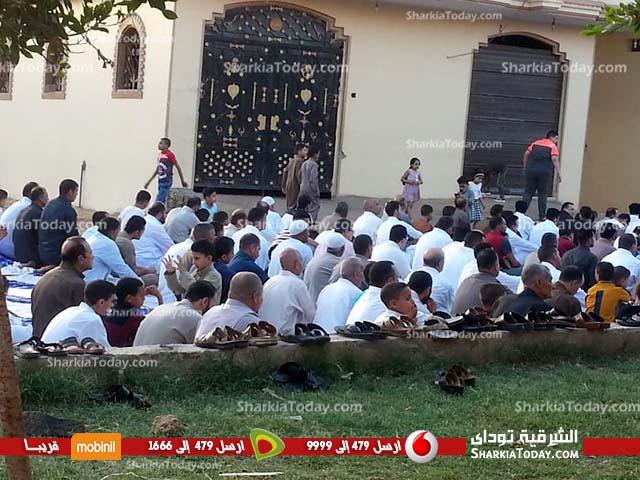 مئات المصلين بالحسينية يؤدون صلاة العيد