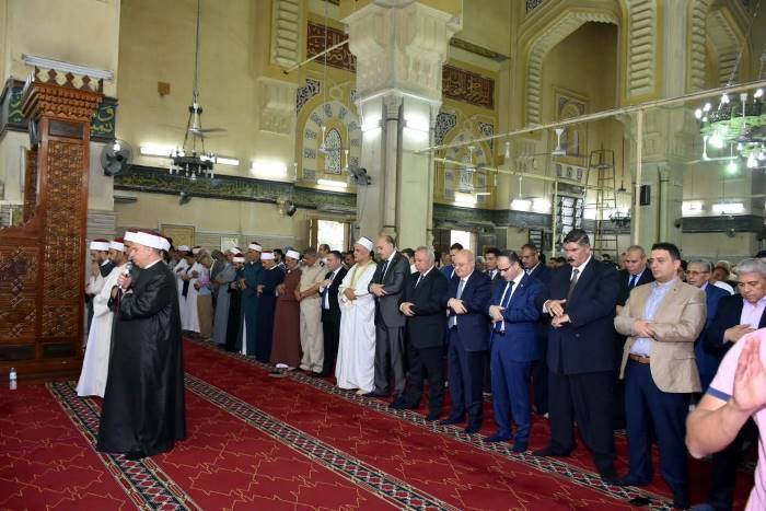 محافظ الشرقية يؤدي صلاة العيد بمسجد الفتح بالزقازيق