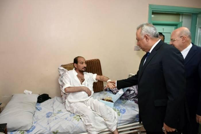 محافظ الشرقية يزور مرضى مستشفى المبرة بالزقازيق