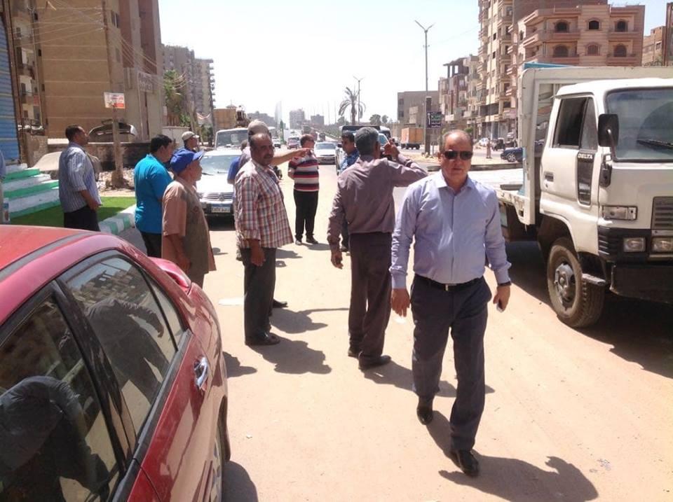 رئيس مركز مدينة الزقازيق يتابع أعمال رصف الطرق