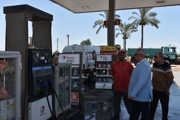 محافظ الشرقية يتفقد عدد من محطات الوقود بالزقازيق
