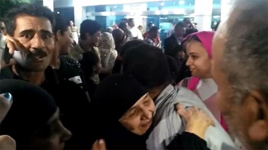 الحاجة سعدية ضحية العمرة المزيفة تصل مطار القاهرة